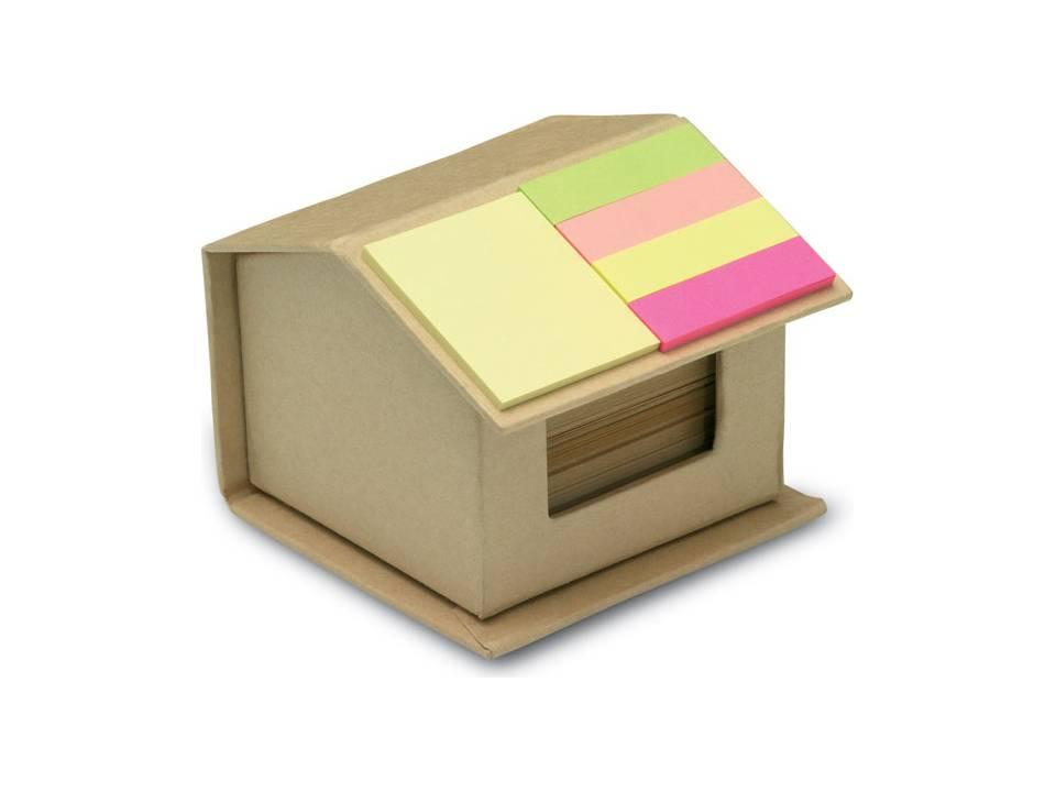 Huis van gerecycled karton met memoblaadje