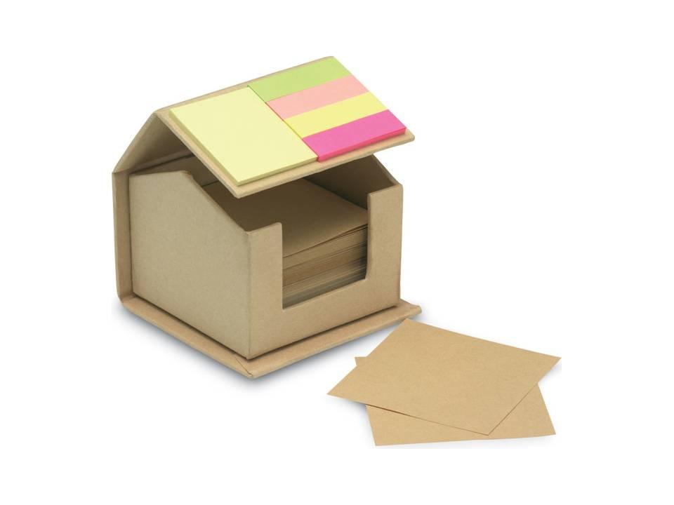 huis van gerecycled karton met memoblaadje memo s