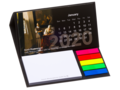 Bureau kalender met sticky notes en pagemarkers