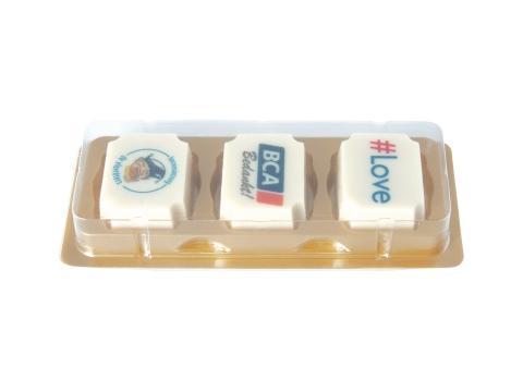 Bonbon-logo en chocolat blanc avec praliné aux noisettes