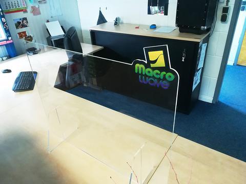 Plexi beschermwand met logo 120x60cm